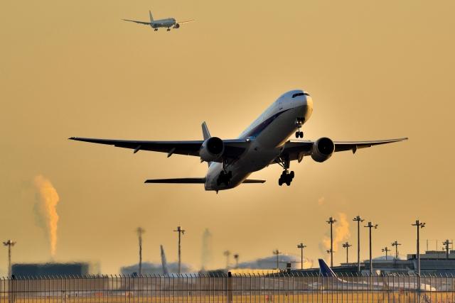離発着する飛行機のイメージ写真