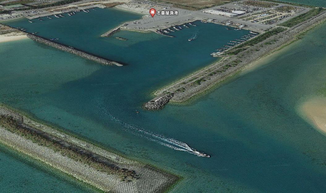志喜屋漁港の防波堤先端付近