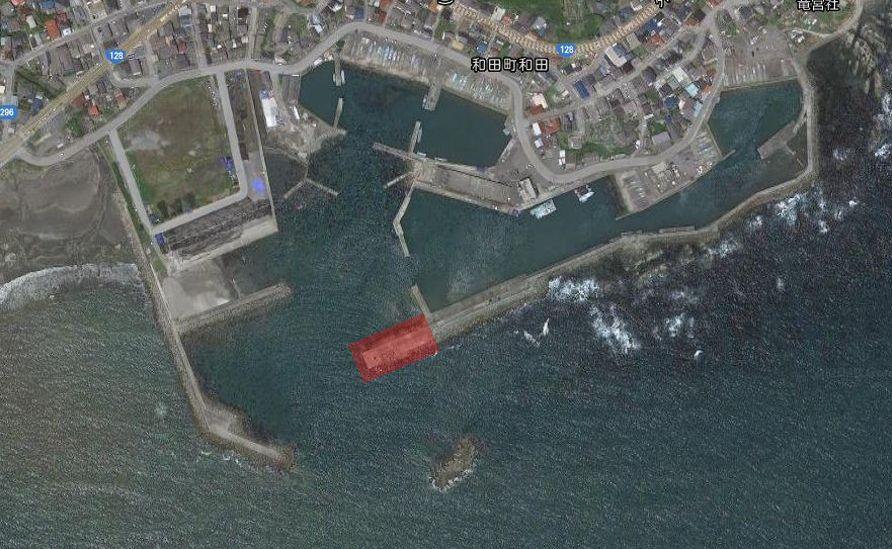 和田漁港-全体像02-赤灯台堤防