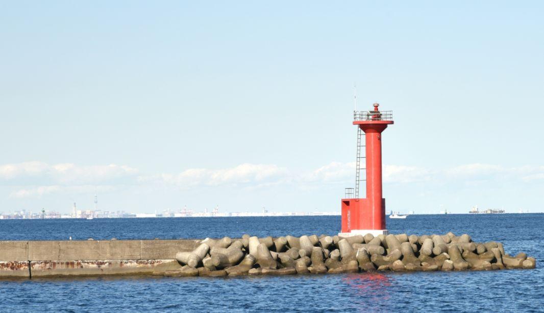 横須賀の海にある赤灯台