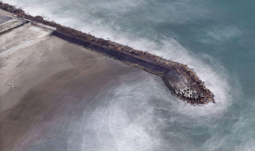 日川浜北側の防波堤