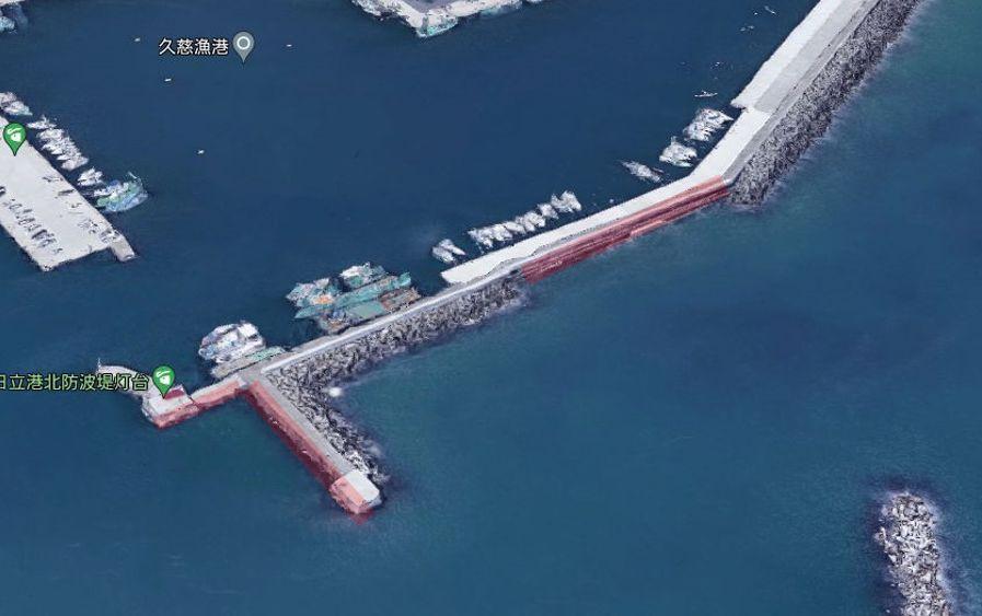 港の北側から伸びる防波堤