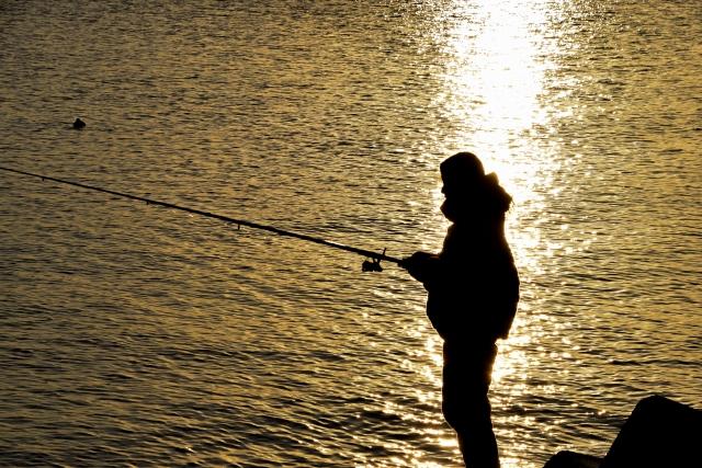 釣りをしている女性のシルエット