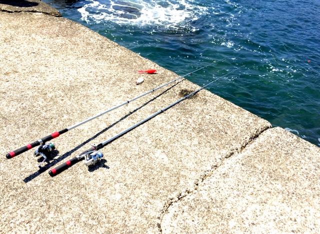 護岸に置かれた釣り竿