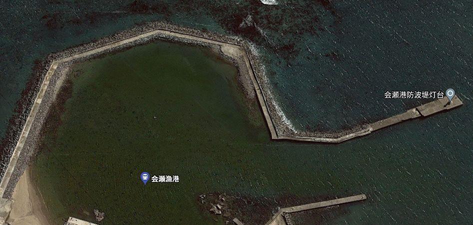 会瀬港-北側から伸びる長い防波堤(赤灯堤防)