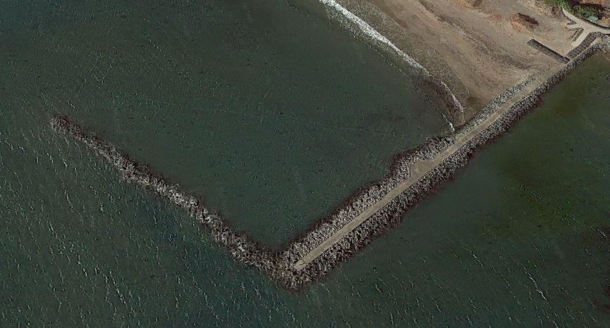 会瀬港-港の南西にある防波堤