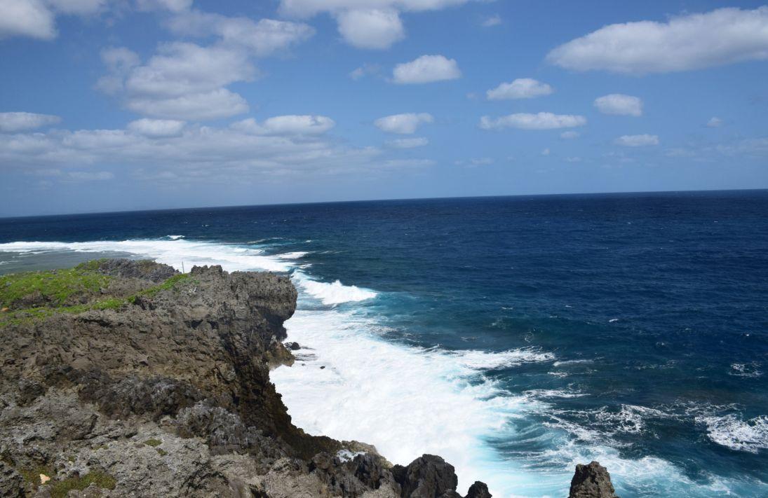 辺戸岬-打ち付ける波
