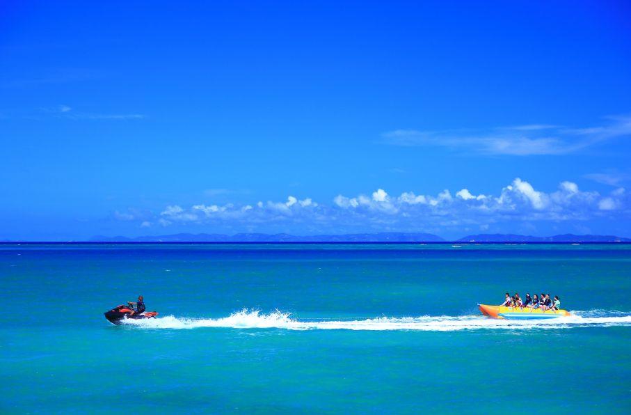 青い海を走るバナナボート