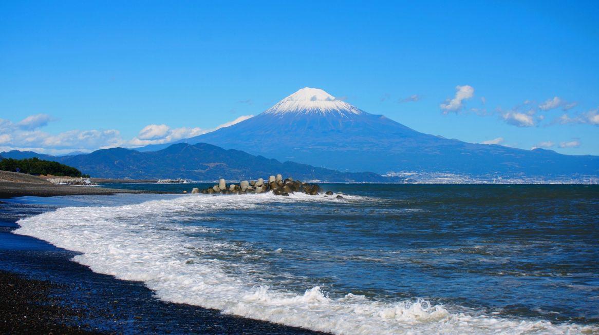 三保松原の海岸から見える富士山